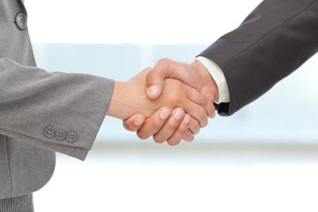Apretón de manos entre dos personas de negocios