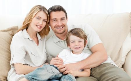 Happy family sur leur canapé