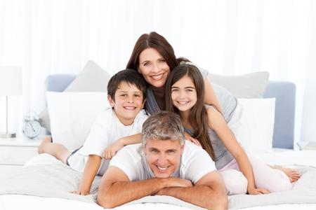 familia abrazo: Familia feliz mirando la c�mara