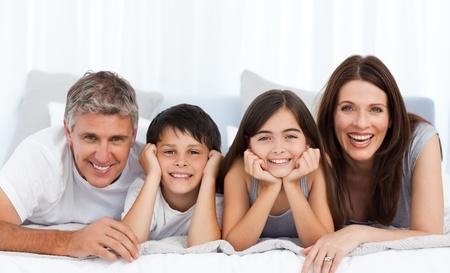 ni�as sonriendo: Familia feliz mirando la c�mara