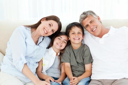 ni�os jugando videojuegos: Retrato de una familia sonriente