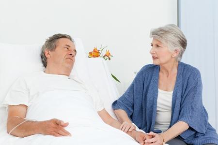 sick: Mujer madura, cuidando de su marido