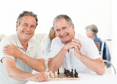 mujeres mayores: Amigos bebiendo juntos bajo el sol