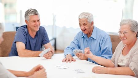 mujeres ancianas: Los jubilados jugando a las cartas juntos en casa