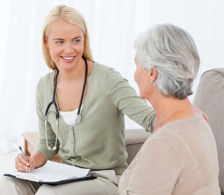 enfermeras: Doctor hablando con su paciente