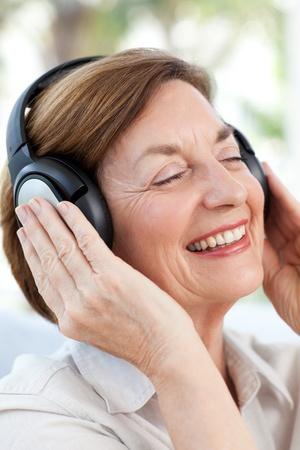 Senior luisteren naar muziek