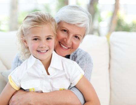 abuelos: Ni�a con su abuela mirando la c�mara