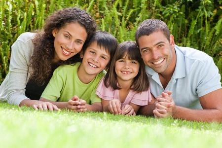 Familia feliz acostado en el jardín Foto de archivo - 10220544