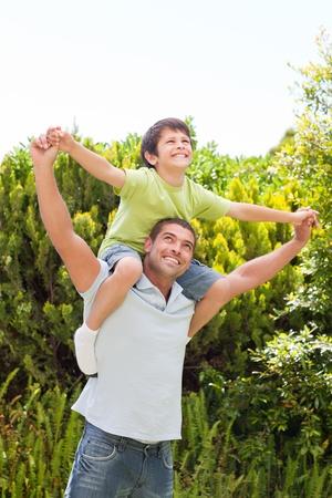 girotondo bambini: Padre con il figlio giocando nel giardino Archivio Fotografico