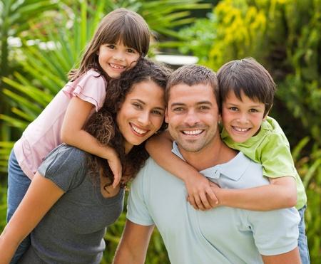 háton: Anya és apa ad a gyermekek a háton