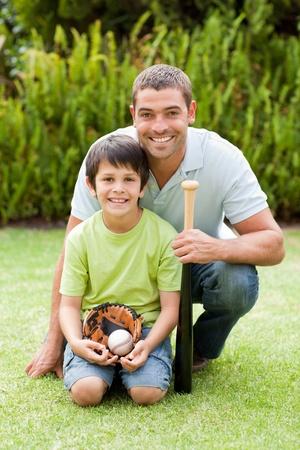 Gl�cklicher Vater und sein Sohn spielt Baseball