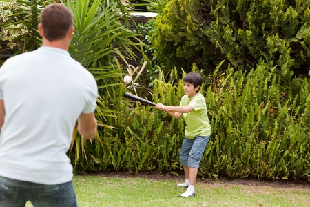 atrapar: Feliz padre y su hijo jugando b�isbol