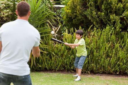 catch: Padre felice e suo figlio giocare a baseball Archivio Fotografico