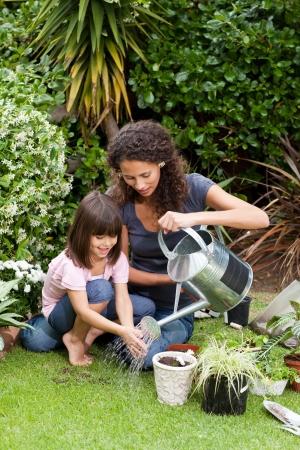 madre trabajadora: Madre e hija trabajando en el jard�n