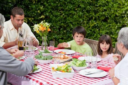 familia comiendo: Familia feliz de comer en el jard�n