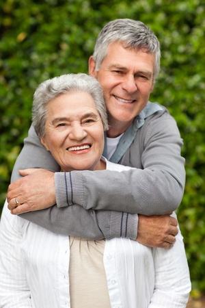 �lteres Paar umarmt im Garten Lizenzfreie Bilder