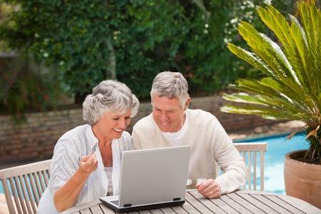 mujeres ancianas: Pareja de jubilados de comprar algo en Internet