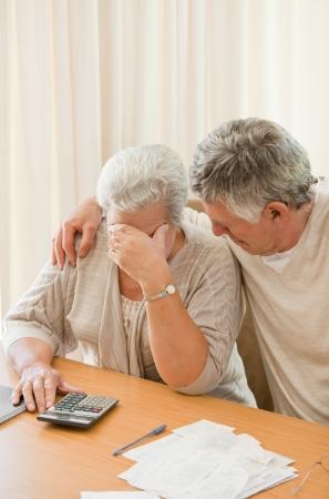 sad old woman: Pareja madura triste c�lculo de sus cuentas nacionales