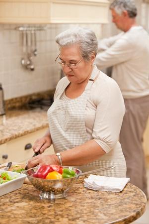 cocina antigua: Pareja Senior de cocina en la cocina Foto de archivo