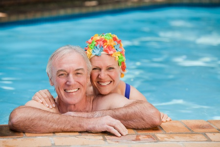 pareja madura feliz: Feliz pareja madura en la piscina