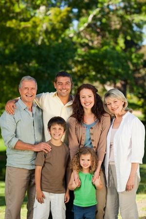abuelos: Familia mirando a la c�mara en el parque Foto de archivo
