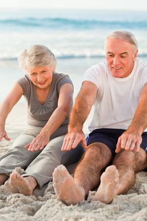 Paar treibt ihre streches am Strand