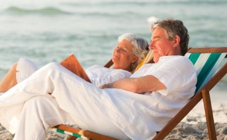 Man liest ein Buch, w�hrend seine Frau im Schlaf