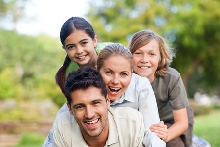 famiglia in giardino: Famiglia felice nel parco