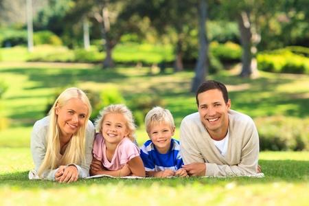 Familie im Park liegen