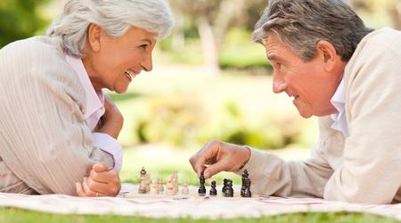 jugando ajedrez: Pareja de ancianos jugando al ajedrez