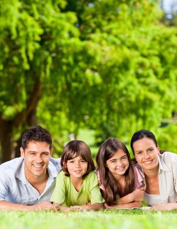 familia en jardin: Familia acostado en el Parque