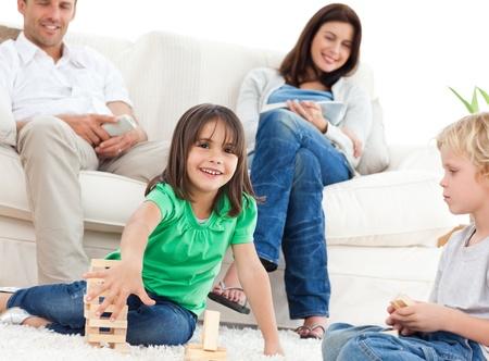 Niños felices jugando con dominó en el Salón  Foto de archivo - 10214847