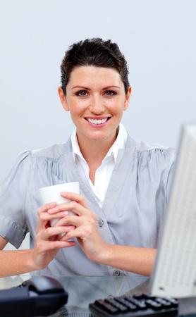 donna che beve il caff�: Positivo donna d'affari bere il caff�