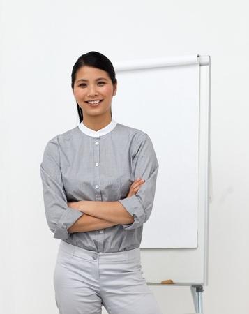 Selbstbewusst asian Geschäftsfrau mit verschränkten Armen