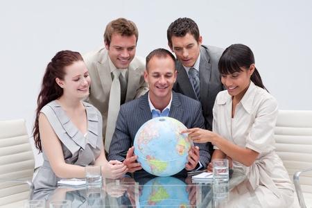 terrestre: Business team in possesso di un globo terrestre