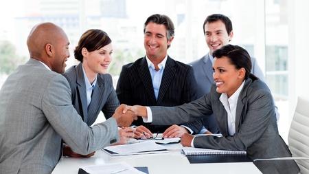cerrando negocio: Empresarios feliz cerrar un trato  Foto de archivo