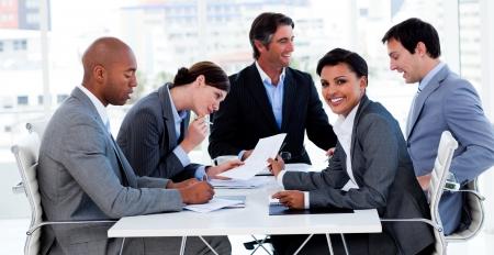 negocios internacionales: Personas de negocios internacionales discutir una nueva estrategia Foto de archivo