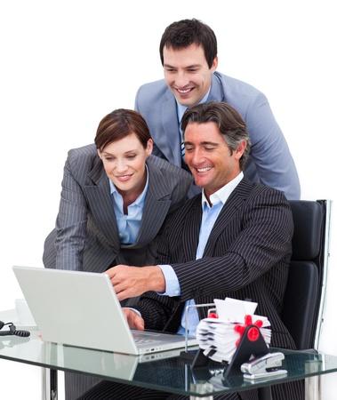 thinking machine: Equipo de negocios entusiasta trabajando en un equipo