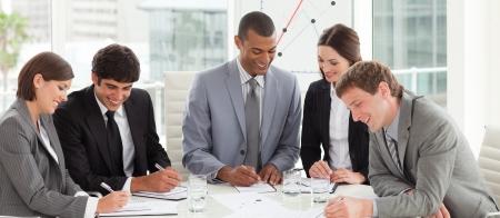 Un grupo de diversos negocios estudiando un plan de presupuesto Foto de archivo