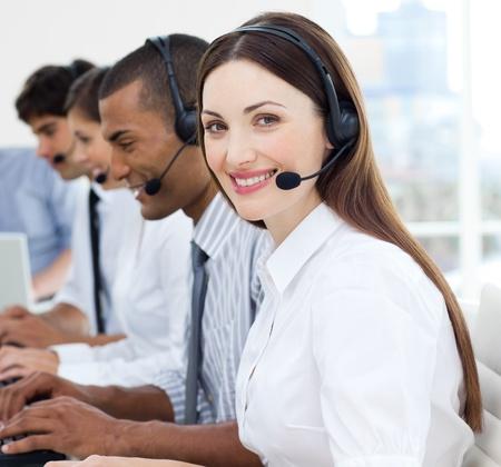 telephone headsets: Atractiva empresaria sonriendo a la c�mara
