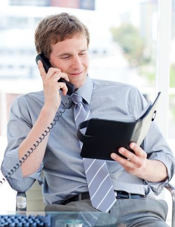 Ernstige zakenman het plannen van een afspraak op telefoonnummer