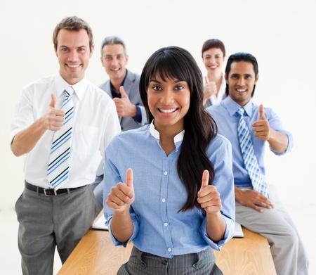daumen hoch: Gl�ckliche Mitarbeiter mit Daumen nach oben