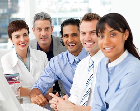 profesionistas: Retrato de equipo de negocios multiétnico en el trabajo