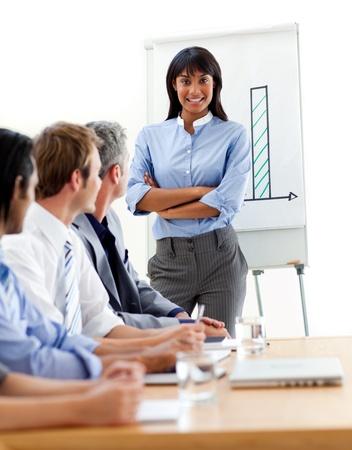 jonge ondernemers: Assertief etnische zakenvrouw bezig met een presentatie  Stockfoto