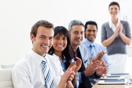 aplaudiendo: Socios comerciales internacionales aplaudiendo una buena presentaci�n