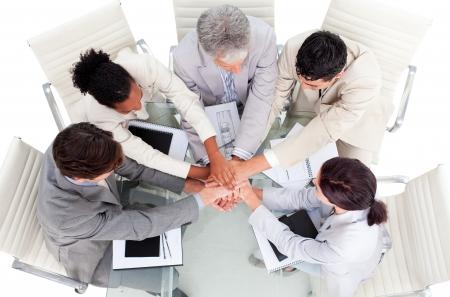 negocios internacionales: Empresarios internacionales alegre con las manos juntas   Foto de archivo