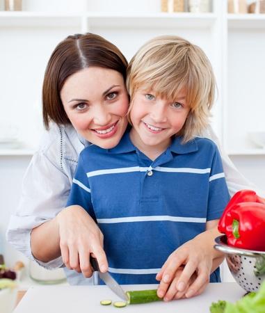 Attraktiv mor och hennes son matlagning Stockfoto