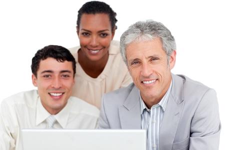 thinking machine: Carism�tico de negocios compa�eros de trabajo utilizando una computadora port�til