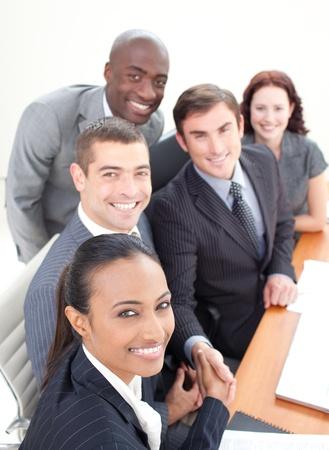 Glimlachend jonge business team in een vergadering Stockfoto