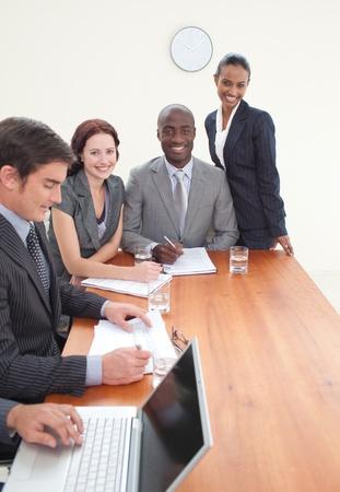 negocios internacionales: Equipo de negocios internacionales trabajando juntos